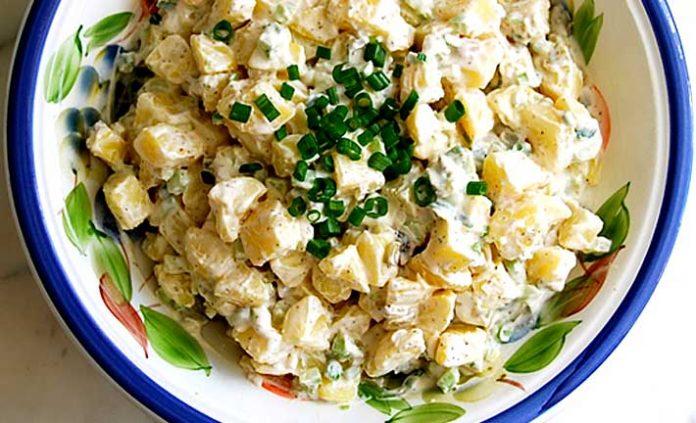 Ensalada de papas y cebollinos con queso crema