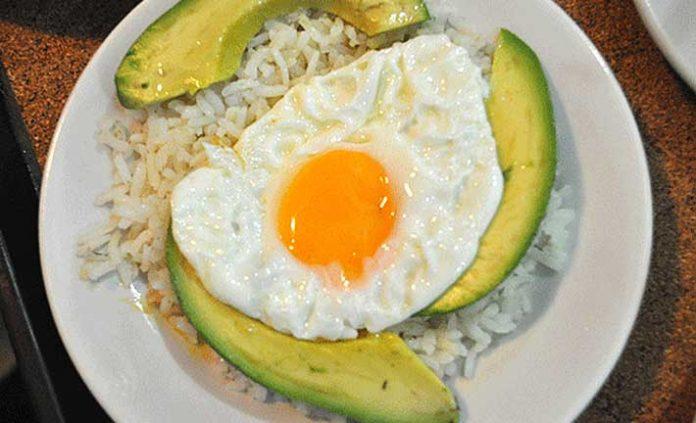 Arroz blanco y huevos fritos a la cubana