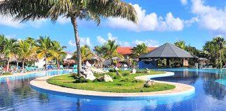 El hotel Playa Pesquero se encuentra situado en la arena fina y blanca de Playa Pesquero