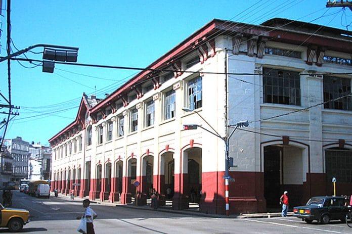 El Municipio Cerro se encuentra geográficamente localizado en la porción centro-oeste de la ciudad. Tiene una extensión superficial de 10,3 Km². El territorio está conformado por siete Consejos Populares: Latinoamericano,