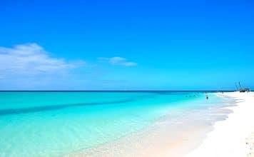 Aunque su nombre es Cayo Largo del Sur, por la zona donde se encuentra ubicado en Cuba, se le conoce mayormente como Cayo Largo. Recibió ese nombre por su