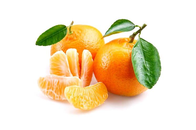 La mandarina es un fruto similar a la naranja, más pequeña y un poco achatada por su base. Es una de las frutas más populares del mundo por la facilidad con