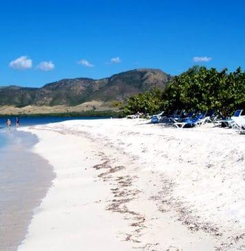 Con 2000 metros de extensión la playa Marea del Portillo se localiza a la entrada de la ensenada de Sierra Maestra a una distancia aproximada de 180 kilóme