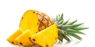 Se dice que Colón la encontró en la isla de Guadalupe; se da silvestre o en sembrados para su cosecha en otras partes de la América tropical. Se le llama también ananás; según algunos investigadores, el nombre na-na parece significar fragancia- fragancia, en el idioma del pueblo guaraní.