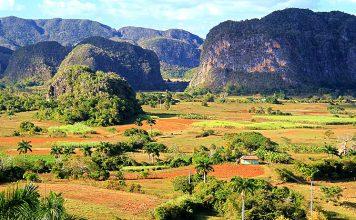 Pinar del Río, conocida como la capital cubana del tabaco, es además la provincia con más zonas protegidas de toda Cuba, puesto que cuenta con dos lugares declarados como reserva de la biosfera por la Unesco, la península de Guanahacabibes y parte de la sierra del Rosario; un lugar declarado patrimonio mundial de la Unesco, el Valle Viñales y varias zonas naturales repletas de flora y fauna excelentemente preservadas.